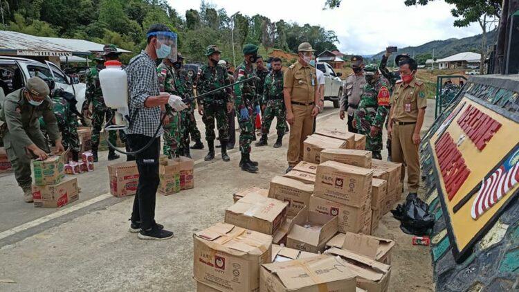 Aktivitas perdagangan lintas batas barang dari wilayah  Ba'kelalan, Malaysia ke Long Midang, Indonesia. (foto: Humas Setkab Nunukan)