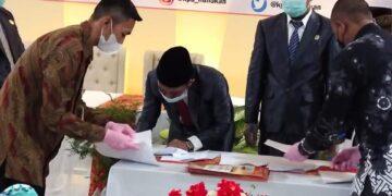 Ketua KPU Nunukan Rahman menandatangani surat keputusan (SK) penetapan Asmin Laura Hafid – Hanafiah sebagai Bupati dan Wakil Bupati Nunukan terpilih hasil Pilkada 2020. (foto: Humas Setda Nunukan)