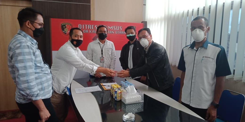 Direktur RS Pertamina Tarakan drg. Ari  Setyo Nugroho (kanan) menyerahkan kepada Kasubdit III/Tipidkor Ditreskrimsus Kompol Heru Eko Wibowo S.IK, MH. (foto: Humas Polda Kaltara)