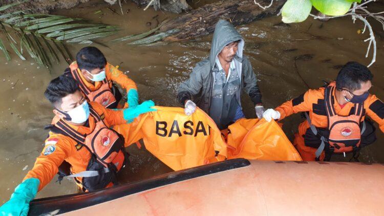 Tim SAR Tarakan mengevakuasi jenazah M. Afi. (foto: Kantor Pencarian dan Pertolongan Tarakan)