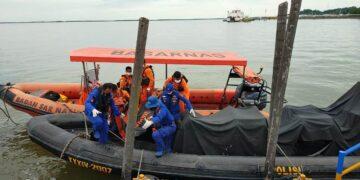 Tim SAR gabungan mengevakuasi jenazah Rahul ke darat. (foto: Kantor Pencarian dan Pertolongan Tarakan)