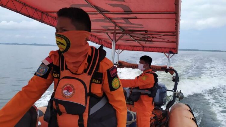 Petugas SAR Tarakan melakukan pencarian terhadap korban Hafiz yang belum ditemukan. (foto: Kantor Pencarian dan Pertolongan Tarakan)