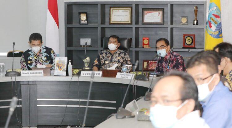 Gubernur Kaltara H. Zainal Arifin Paliwang didampingi Wagub Yansen Tipa Padan, memimpin rapat dengan OPD di lingkungan Pemprov Kaltara, Kamis (18/2/2021). (foto: Humas Provinsi Kaltara)