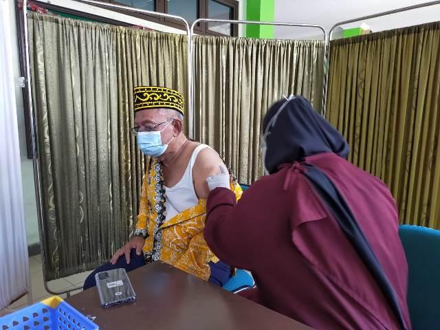Wakil Wali Kota Tarakan Effendhi Djuprianto disuntik vaksin Sinovac di Puskesmas Gunung Lingkas, Jumat (12/3/2021). (foto: jendelakaltara.co)