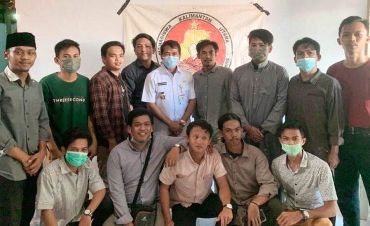 Gubernur Kaltara H. Zainal Arifin Paliwang bersama mahasiswa putra asal Kaltara. (foto: Diskominfo Provinsi Kaltara)