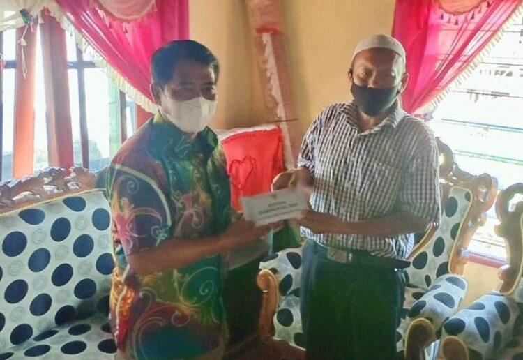 Gubernur Kaltara H. Zainal Arifin Paliwang (kiri) menyerahkan santunan kepada keluarga korban, Kamis (11/2/2021). (foto: Morojohan)