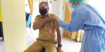 Kepala OPD di lingkungan Pemkot Tarakan megikuti vaksinasi Covid-19 di gedung Serbaguna Kantor Wali Kota Tarakan, Selasa (9/3/2021). (foto: jendelakaltara.co)