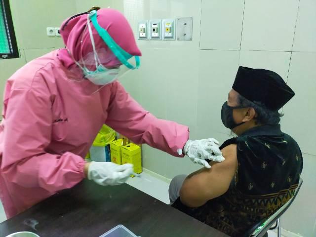 Calon jemaah haji Tarakan divaksin oleh tenaga medis di RSUKT, Rabu (31/3/2021). (foto: jendelakaltara.co)