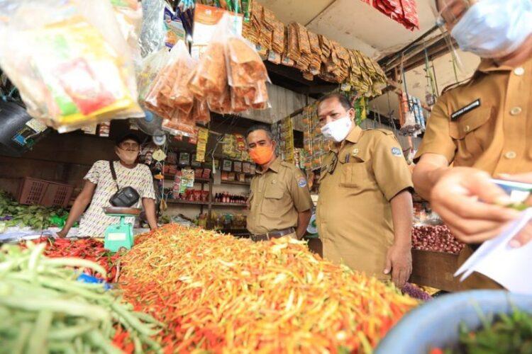 Wali Kota Tarakan dr. H. Khairul M.Kes bersama TPID Tarakan memantau harga pasar dan ketersediaan bahan pangan jelang Tahun Baru 2021 di Pasar Tenguyun Boom Panjang Kota Tarakan, Selasa (29/12/2020). (foto: Humas Setda Tarakan)