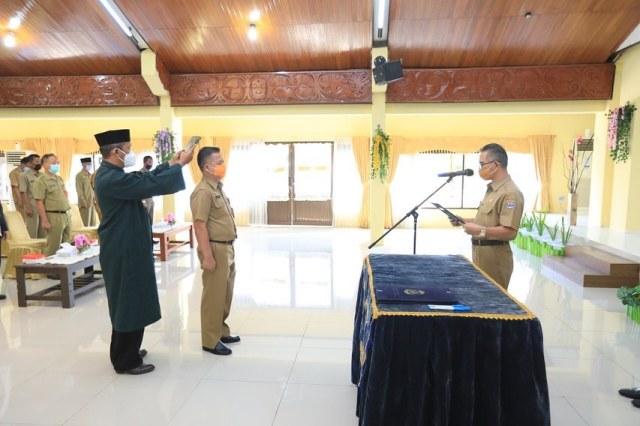 Wali Kota Tarakan dr. H. Khairul M.Kes mengambil sumpah dan melantik Dewan Pengawas PDAM Tirta Alam Tarakan, Selasa (2/3/2021). (foto: Humas Setda Tarakan).