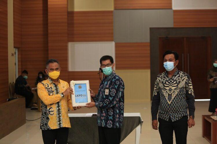 Wali Kota Tarakan dr. H. Khairul M.Kes menyerahkan LKPD Pemkot Tarakan tahun anggaran 2020 yang diterima Kepala Subauditorat BPK Kaltara Joni Rindra Putra, Jumat (12/3/2021). (foto: Humas Setda Tarakan)