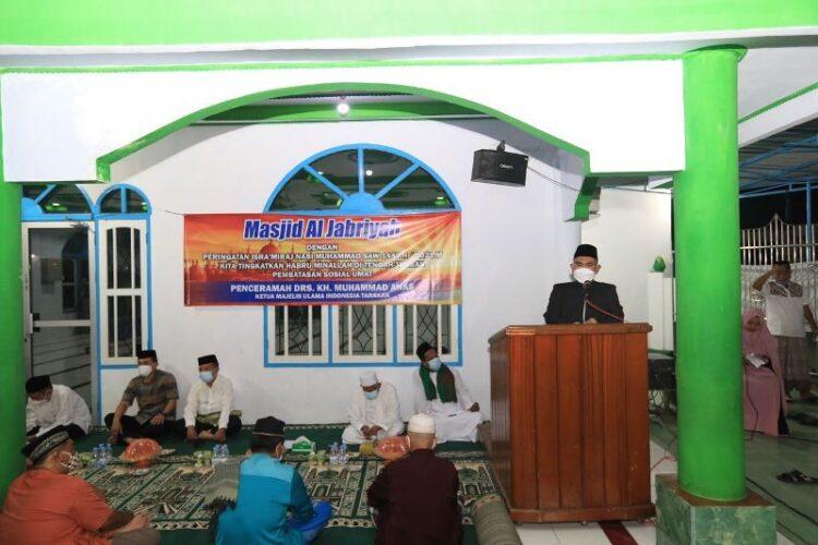 Wali Kota Tarakan dr. H. Khairul M.Kes  menyampaikan sambutan pada peringatan Isra Mi'raj di Masjid Al Jabriyah Lingkas Ujung, Jumat (12/3/2021). (foto: Humas Setda Tarakan)