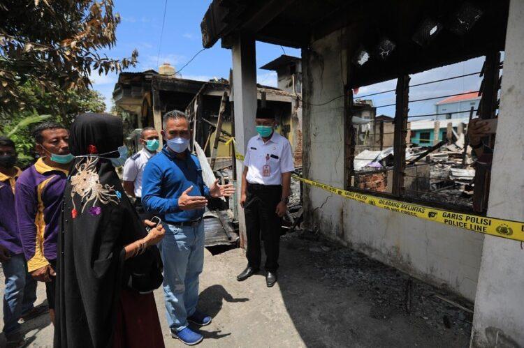 Wali Kota Tarakan dr. H. Khairul M.Kes meninjau lokasi kebakaran di RT 13 Kelurahan Selumit Pantai, Rabu (10/3/2021). (foto: Humas Setda Tarakan)