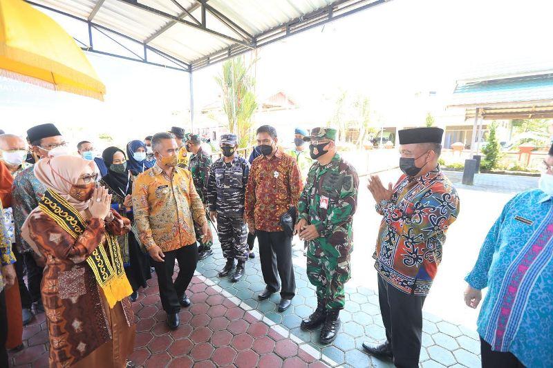 Ketua Dewan Pembina DPP SAHI Siti Ma'rifah yang juga anak sulung Wapres KH. Ma'ruf Amin tiba di VIP room Bandara Juwata Tarakan, Jumat (10/3/2021). (foto: Humas Setda Tarakan)