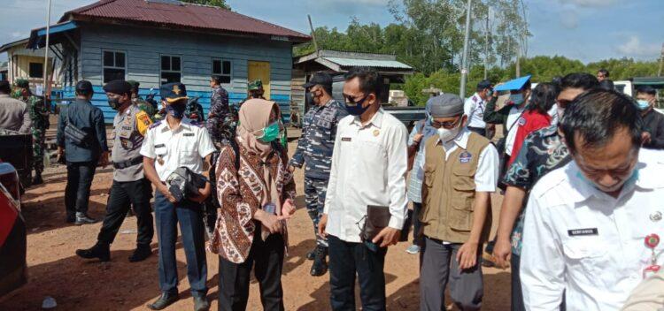Kunjungan Asdep Pengelolaan Batas Laut dan Udara BNPP Siti Metrianda dan Direktur Perlindungan WNI dan BHI Kemenlu Judha Nugraha bersama rombongan, Rabu (10/3/2021). (foto: Humas Setda Nunukan)