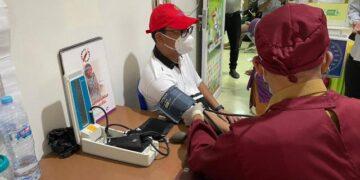 Senator Kaltara Hasan Basri memeriksakan tekanan darah sebelum divaksin. (foto: tim HB)