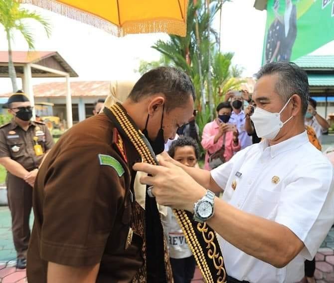 Wali Kota Tarakan dr. H. Khairul M.Kes (kanan) menerima kedatangan Kajari Tarakan Adam Saimima SH, MH di terminal VIP Bandara Juata Tarakan, Rabu (3/3/2021). (Foto: Humas Setda Tarakan)