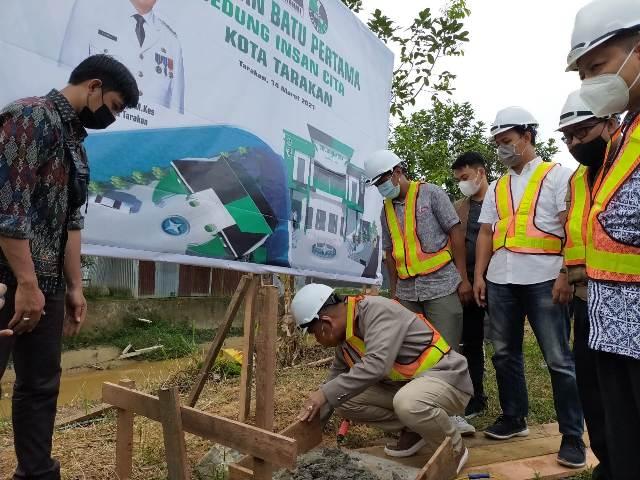 Wali Kota Tarakan dr. Khairul M.Kes melakukan peletakkan batu pertama pembangunan gedung Insan Cita milik HMI Cabang Tarakan, Minggu (14/3/2021) sore. (foto: jendelakaltara.co)