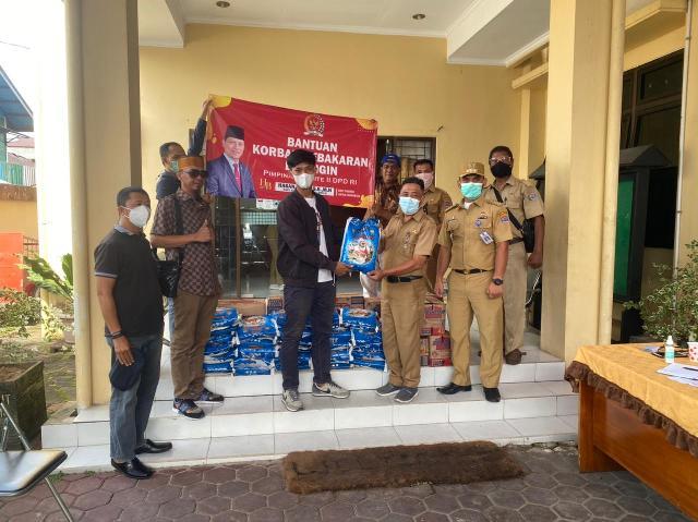 Posko kebakaran di Kelurahan Selumit Pantai menerima bantuan dari donatur, Selasa (9/3/2021). (foto: Istimewa)