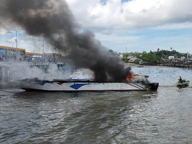 SB Dewa Sebakis Sakti III terbakar di dekat dermaga pelabuhan Tengkayu I (SDF) Tarakan, Minggu (28/3/2021).