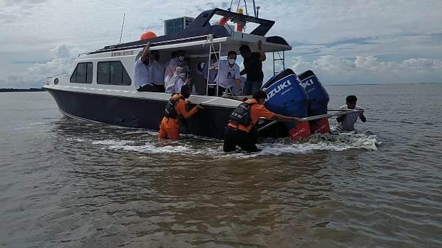 Tim dari Kantor Pencarian dan Pertolongan Tarakan berhasil mengevakuasi speedboat. (foto: Kantor Pencarian dan Pertolongan Tarakan)