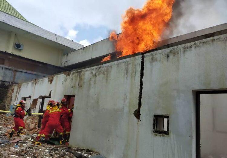 Tim Fire and Rescue RSUD Tarakan berupaya memadamkan api pada simulasi program pembekalan fire safety manajement kepada Tim Fire and Rescue RSUD Tarakan yang berlangsung Rabu (18/3). (foto: jendelakaltara.co)