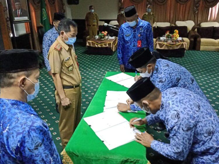 Sekda Nunukan Serfianus menyaksikan penandatanganan berita acara pelantikan dan pengambilan sumpah pejabat fungsional dan P3K di ruang VIP Lantai 4 Kantor Bupati Nunukan. (foto: Humas Setda Nunukan)