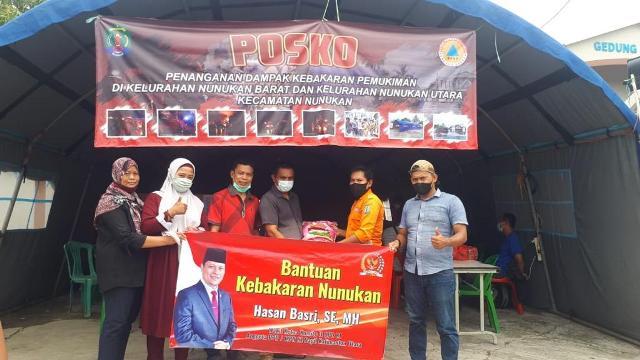Relawan dan sahabat HB menyerahkan bantuan ke posko kebakaran Pasar Lama Nunukan, Kamis (24/3/2021). (foto: Tim HB)
