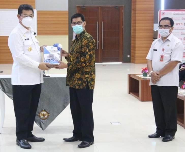 Wakil Gubernur Kaltara Yansen TP menyerahkan LKPD Pemprov Kaltara kepada Kepala Subauditorat BPK Kaltara Joni Rindra Putra. (foto: BPK Perwakilan Kaltara)