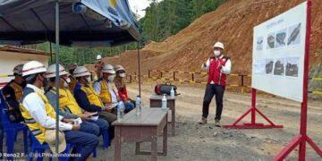 Rombongan BNPP dan Pemkab Nunukan mendengarkan penjelasan dari PT. Adhi Karya di lokasi pembangunan PLBN Terpadu Labang, Kamis (12/3/2021). (foto: Istimewa)