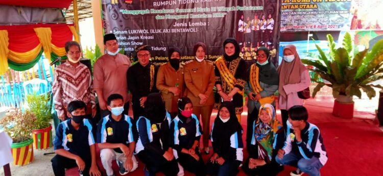 Bupati Nunukan Hj. Asmin Laura Hafid bersama panitia pelaksana. (foto: Humas Setda Nunukan)
