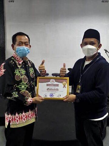 Sekda Nunukan Serfianus (kiri) menyerahkan piagam penghargaan kepada Ketua Bawaslu Nunukan Moch Yusran. (foto: Humas Setda Nunukan)