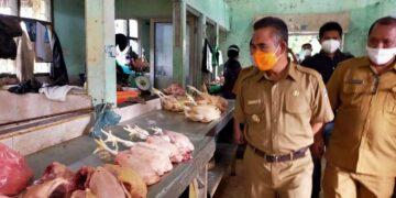 Wali Kota Tarakan dr. H. Khairul M.Kes saat sidak harga ayam di pasar Tenguyun, beberapa waktu lalu. (foto: Istimewa)