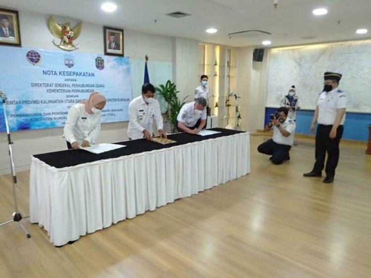 (dari kiri ke kanan) Bupati Nunukan Hj. Asmin Laura Hafid, Gubernur Kaltara H. Zainal Arifin Paliwang dan  Direktur Jenderal Perhubungan Udara Kementerian Perhubungan Novie Riyanto menandatangani MoU pembangunan Lapter di Binuang, Rabu (3/3/2021). (foto: Humas Setda Nunukan)