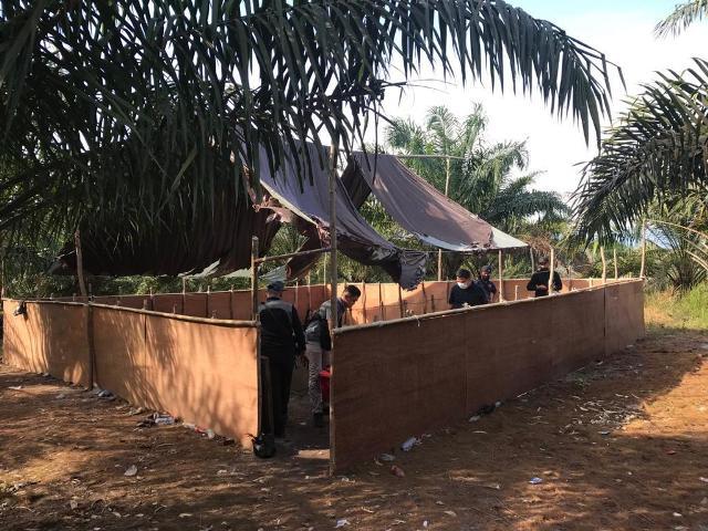 Lokasi sabung ayam yang dibubarkan Polis Daerah Tawau Malaysia, Senin (1/3/2021). (foto: Istimewa)