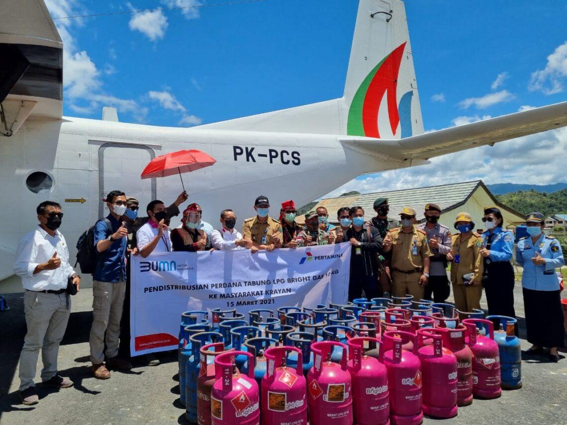 Tabung Bright Gas isi 12 kg produksi Pertamina tiba di bandara Krayan. (foto: Pertamina)