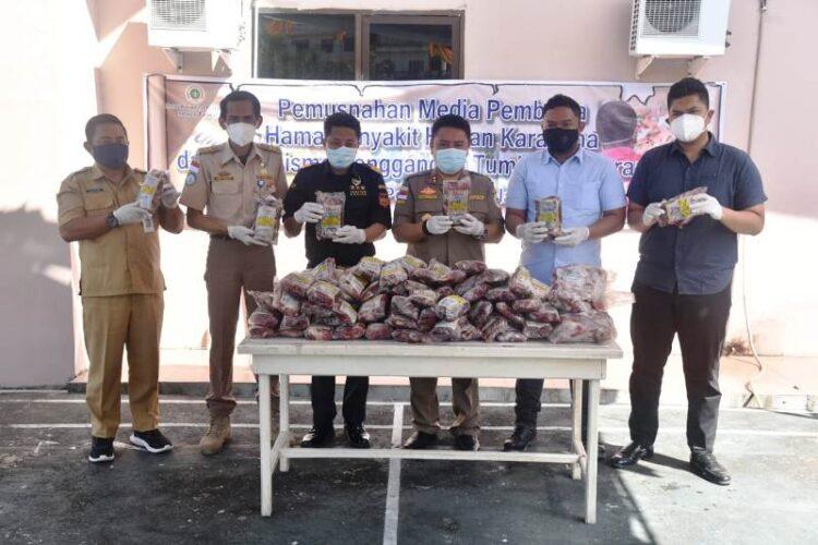 Daging kerbau ilegal dimusnahkan oleh Karantina Pertanian Tarakan, Selasa (2/3/2021). (foto: Karantina Pertanian Tarakan)