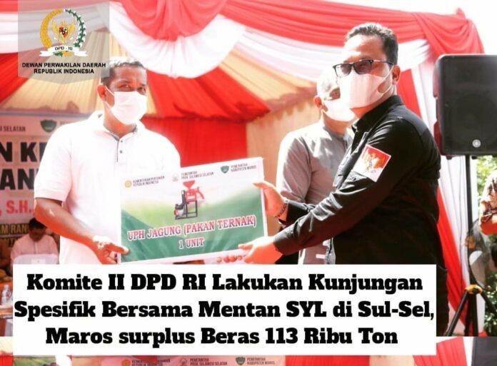 Wakil Ketua Komite II DPD RI Hasan Basri menyerahkan bantuan kepada petani Maros. (foto: Tim HB)