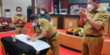 Gubernur Kaltara Zainal A. Paliwang menandatangani berita acara pengesahan Raperda Hari Jadi dan Lambang Provinsi Kaltara menjadi perda, Selasa (30/3/2021). (foto: Diskominfo Kaltara)