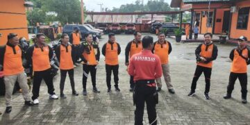 Personel Tim Fire and Rescue RSUD Tarakan mendapatkan arahan sebelum melakukan kegiatan di Kantor Pencarian dan Pertolongan Tarakan, Minggu (28/3/2021). (foto: jendelakaltara.co)