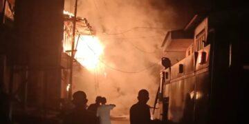 Kobaran api menyala di tengah kegelapan malam membakar rumah dan toko warga. (foto: Istimewa)