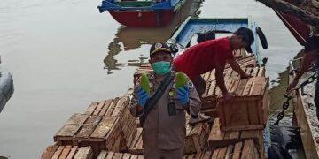 Pejabat Karantina Pertanian Tarakan Wilayah Kerja Nunukan menunjukkan buah-buahan yang akan diekspor. Buah-buahan asal Indonesia tersebut sangat diminati negara Malaysia. (foto: Karantina Pertanian Tarakan)