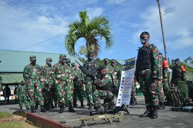 Asops Panglima TNI Mayjen TNI Tiopan Aritonang memeriksa kesiapan peralatan tempur maupun pasukan. (foto: Bagian Penerangan Kodim 0907/Tarakan)