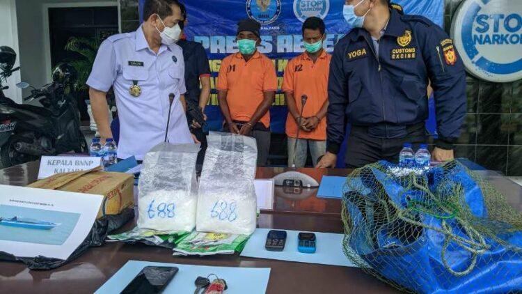 Kakek inisal AB dan rekannya SA diamankan tim gabungan dari BNNP Kaltara dan Bea Cukai Tarakan. (foto: Istimewa)
