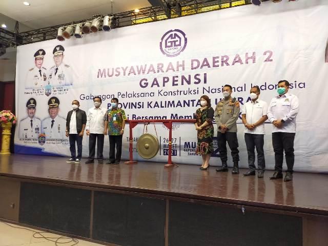 Gubernur Kaltara Zainal A. Paliwang bersama tamu undangan lainnya befoto bersama pada pembukaan Musda ke-2 BPD Gapensi Kaltara, Sabtu (27/3/2021). (foto: jendelakaltara.co)