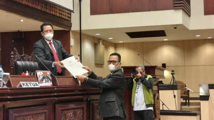 Wakil Ketua Komite II DPD RI Hasan Basri menyerahkan laporan kegiatan pada Sidang Paripurna DPD RI, Senin (8/3/2021). (foto: Tim HB)