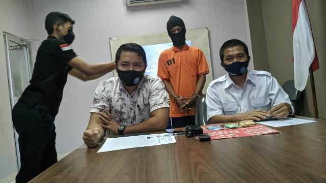 Petugas BNNK Tarakan mengamankan LA alias RA. (foto: Istimewa)