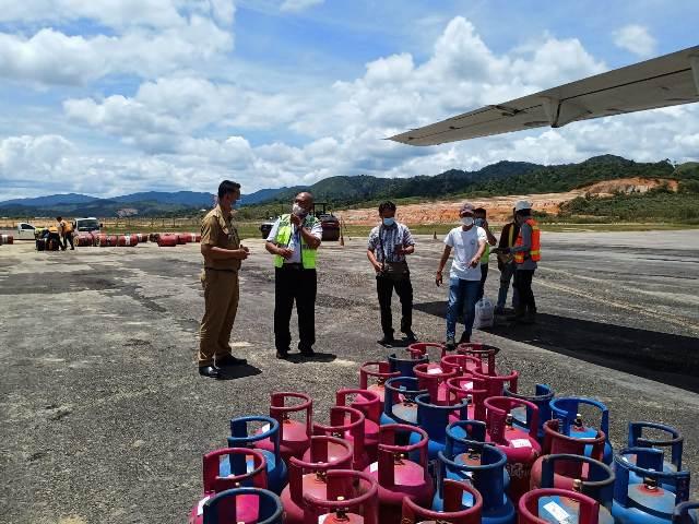 Tabung LPG 12 kg tiba di bandara Krayan, Kabupaten Nunukan. (foto: Pertamina MOR VI Balikpapan)