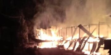 Api membakar rumah Muhammad Iswan di Jalan Asnur RT 03 Desa Sungai Limau Kecamatan Sebatik Tengah,  Nunukan, Selasa (9/3/2021) dini hari WITA. (foto: Istimewa)