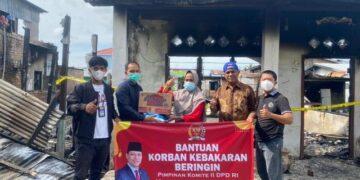 Melalui timnya, Hasan Basri menyerahkan bantuan kepada warga terdampak kebakaran di RT 13 Kelurahan Selumit Pantai, Selasa (9/3/2021). (foto: Tim HB)